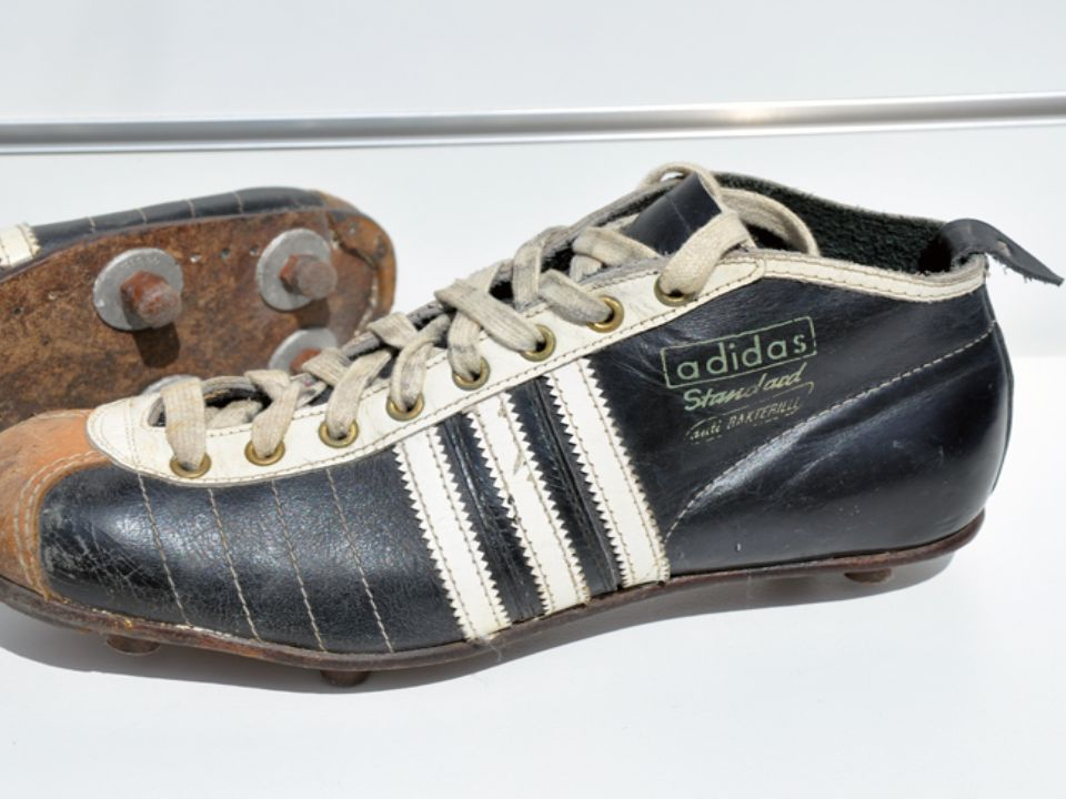 Große Erfolge in den 60ern 1960: Bei Olympischen Spielen in Rom tragen 75% der Athleten adidas Schuhe 1963: Erste Fußballbälle werden hergestellt 1964: Präsentation des leichtesten Laufschuhs =>135 Gramm