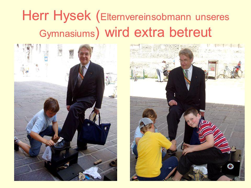 Herr Hysek ( Elternvereinsobmann unseres Gymnasiums ) wird extra betreut