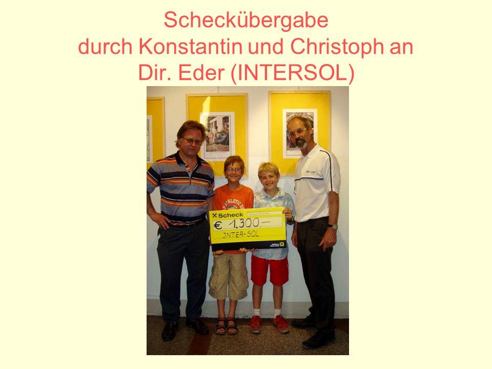 Scheckübergabe durch Konstantin und Christoph an Dir. Eder (INTERSOL)