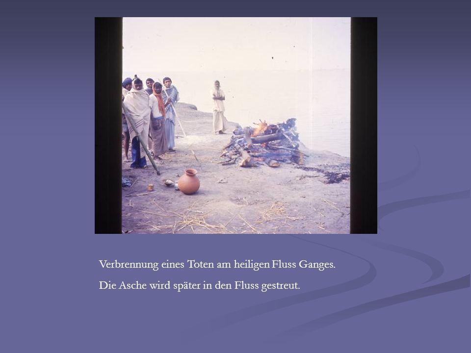 Verbrennung eines Toten am heiligen Fluss Ganges. Die Asche wird später in den Fluss gestreut.