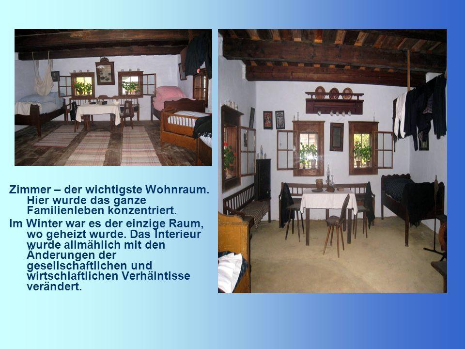 Zimmer – der wichtigste Wohnraum. Hier wurde das ganze Familienleben konzentriert. Im Winter war es der einzige Raum, wo geheizt wurde. Das Interieur