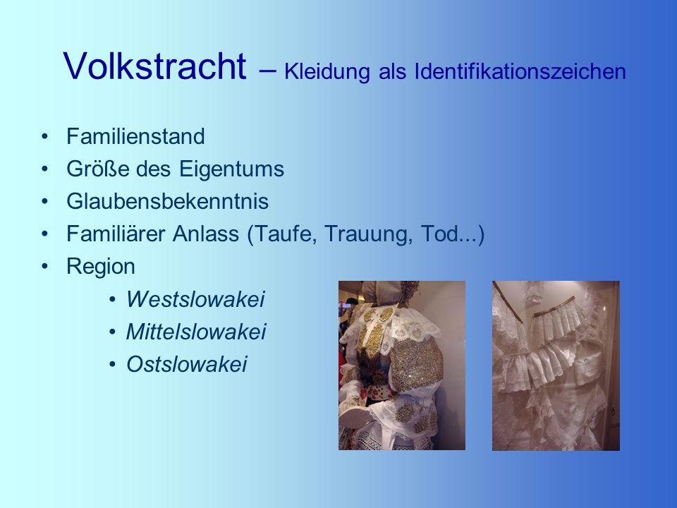 Volkstracht – Kleidung als Identifikationszeichen Familienstand Größe des Eigentums Glaubensbekenntnis Familiärer Anlass (Taufe, Trauung, Tod...) Regi