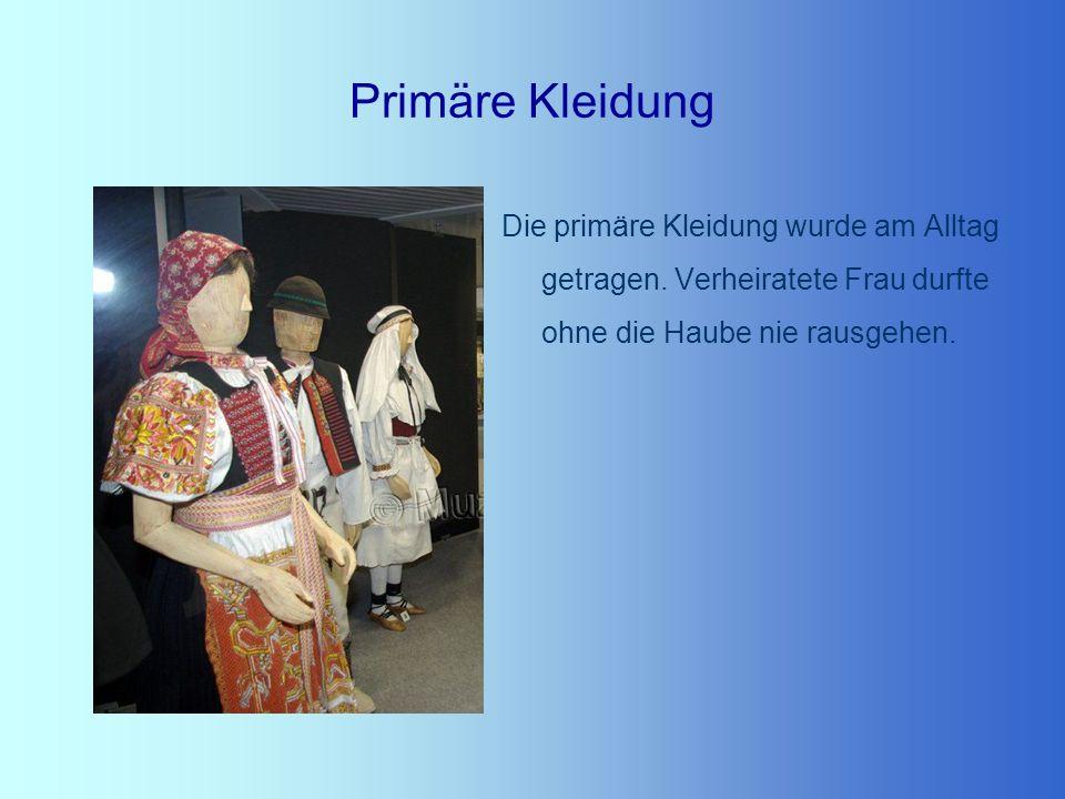 Primäre Kleidung Die primäre Kleidung wurde am Alltag getragen. Verheiratete Frau durfte ohne die Haube nie rausgehen.