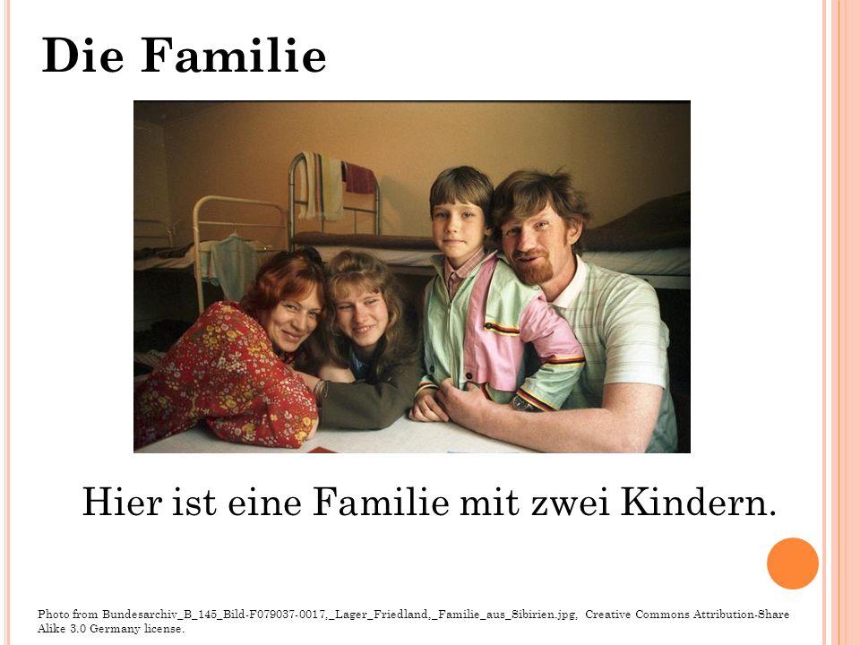 Hier ist eine Familie mit zwei Kindern. Photo from Bundesarchiv_B_145_Bild-F079037-0017,_Lager_Friedland,_Familie_aus_Sibirien.jpg, Creative Commons A