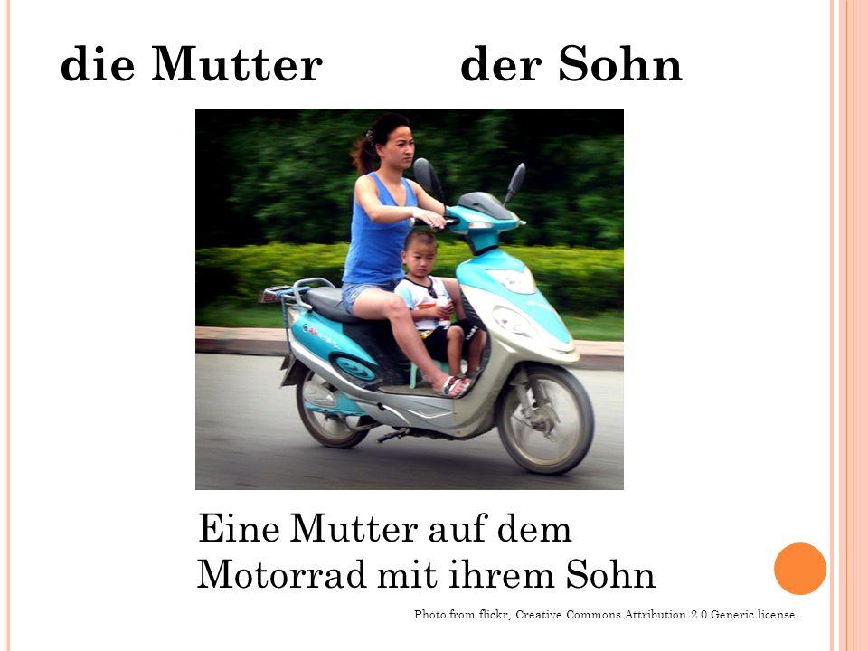 Eine Mutter auf dem Motorrad mit ihrem Sohn Photo from flickr, Creative Commons Attribution 2.0 Generic license. der Sohndie Mutter