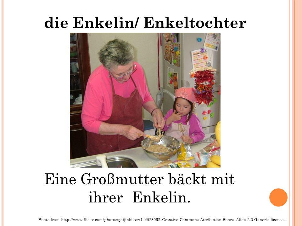 die Enkelin/ Enkeltochter Eine Großmutter bäckt mit ihrer Enkelin.
