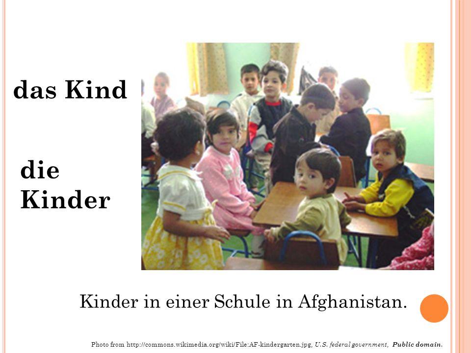 das Kind die Kinder Kinder in einer Schule in Afghanistan. Photo from http://commons.wikimedia.org/wiki/File:AF-kindergarten.jpg, U.S. federal governm