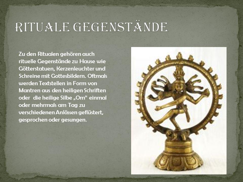 Zu den Ritualen gehören auch rituelle Gegenstände zu Hause wie Götterstatuen, Kerzenleuchter und Schreine mit Gottesbildern. Oftmals werden Textstelle