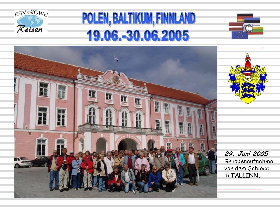 29. Juni 2005 Gruppenaufnahme vor dem Schloss in TALLINN.