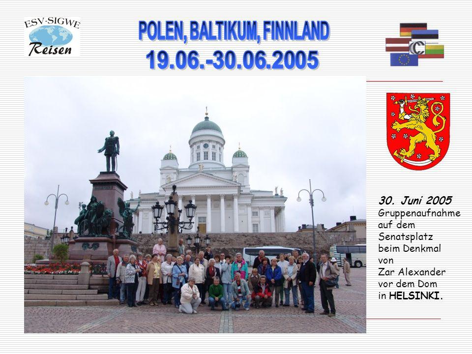 30. Juni 2005 Gruppenaufnahme auf dem Senatsplatz beim Denkmal von Zar Alexander vor dem Dom in HELSINKI.