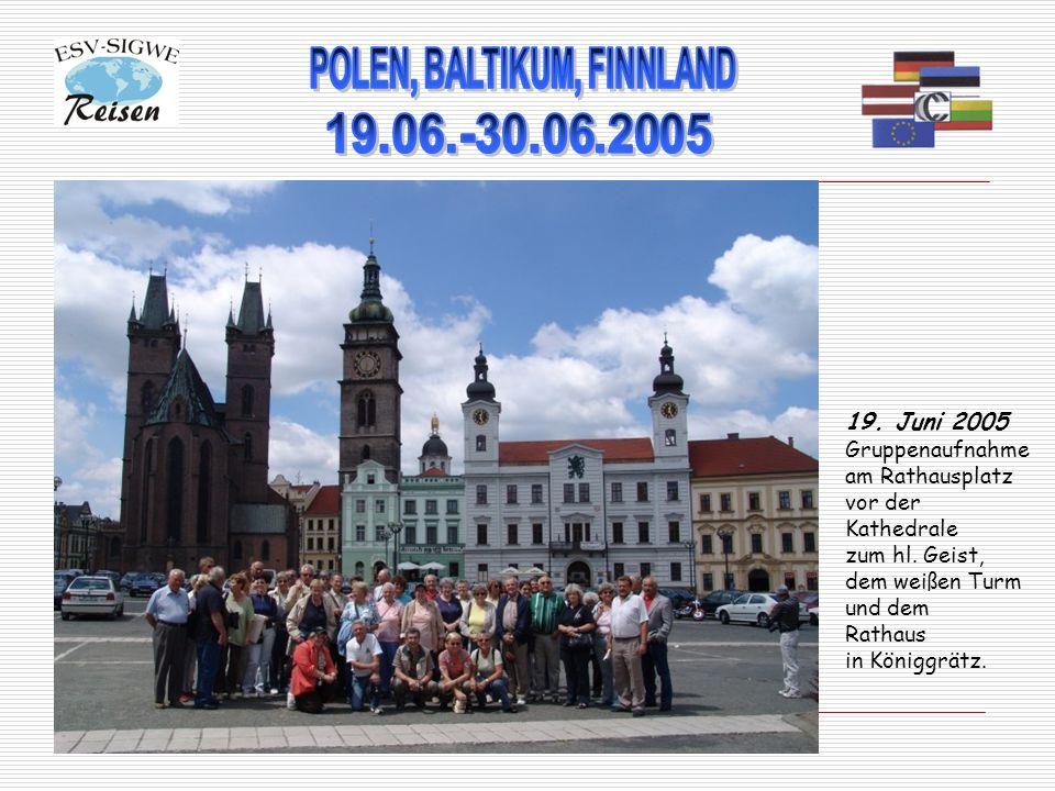 19. Juni 2005 Gruppenaufnahme am Rathausplatz vor der Kathedrale zum hl. Geist, dem weißen Turm und dem Rathaus in Königgrätz.