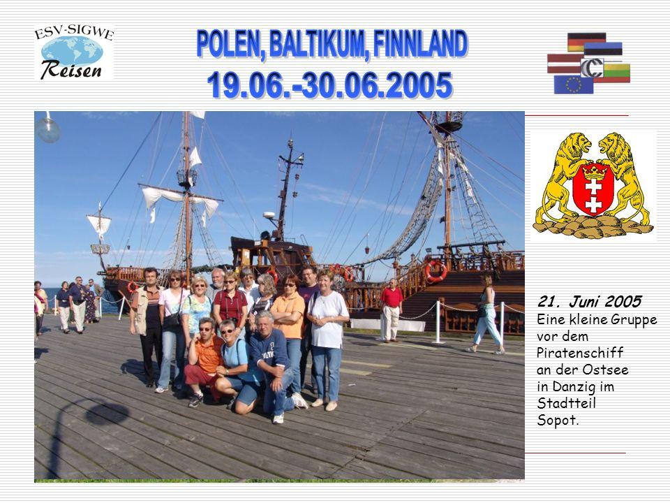 21. Juni 2005 Eine kleine Gruppe vor dem Piratenschiff an der Ostsee in Danzig im Stadtteil Sopot.