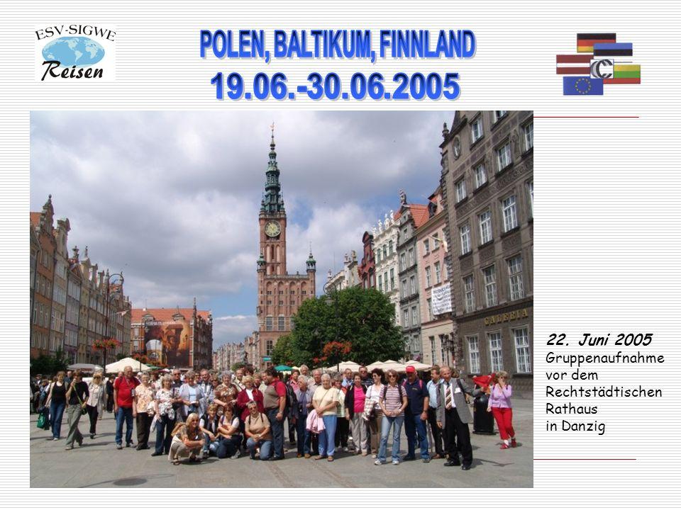 22. Juni 2005 Gruppenaufnahme vor dem Rechtstädtischen Rathaus in Danzig