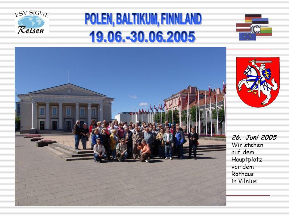 26. Juni 2005 Wir stehen auf dem Hauptplatz vor dem Rathaus in Vilnius