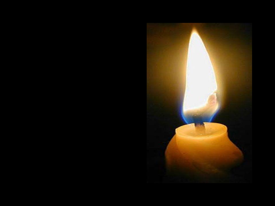 Mit leuchtenden Augen nimmt das Kind diese Kerze der Hoffnung und zündet mit ihrer Flamme die anderen Kerzen wieder an.