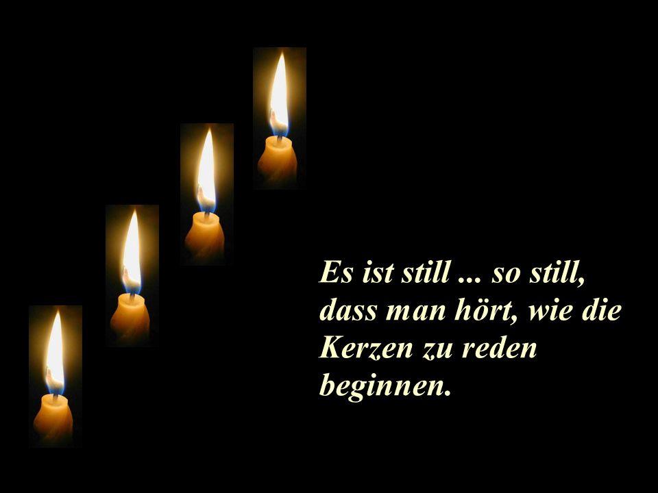 Vier Kerzen brennen am Leuchter.