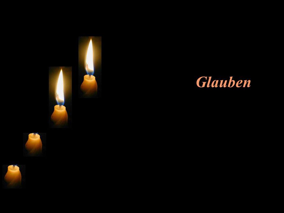Die zweite Kerze flackert und sagt: Ich heisse Glauben.