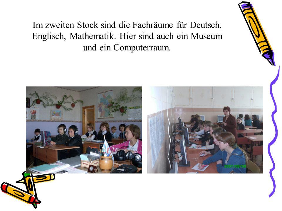Im zweiten Stock sind die Fachräume für Deutsch, Englisch, Mathematik. Hier sind auch ein Museum und ein Computerraum.