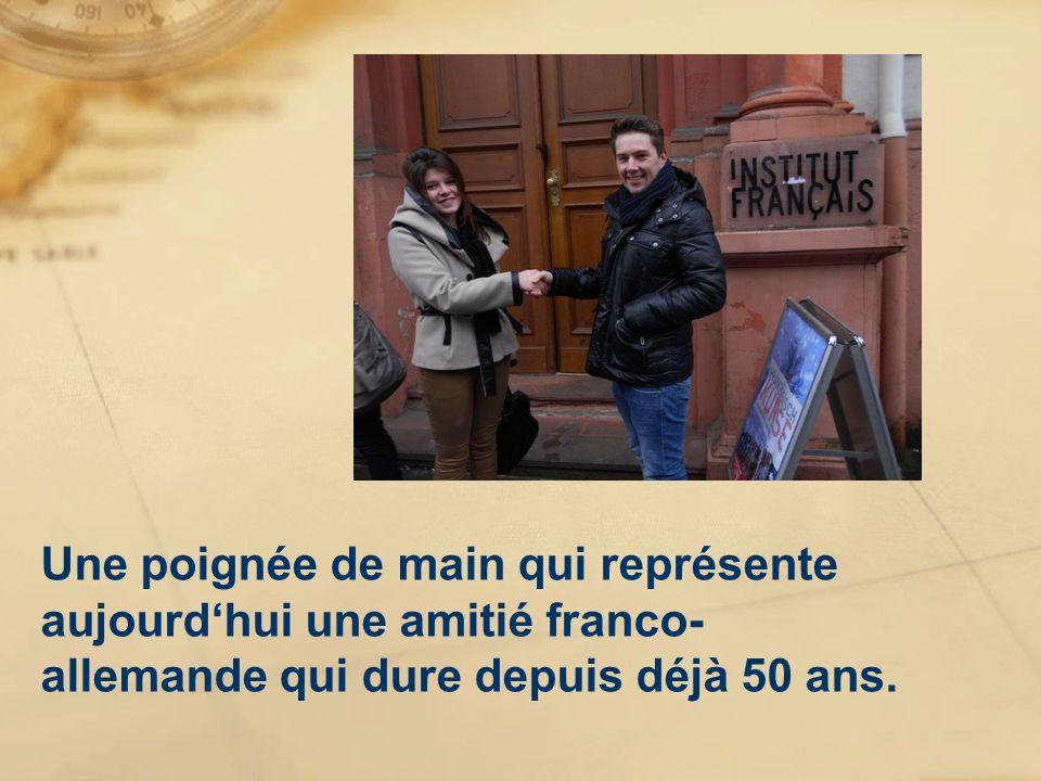 Une poignée de main qui représente aujourdhui une amitié franco- allemande qui dure depuis déjà 50 ans.