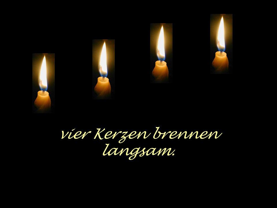 vier Kerzen brennen langsam.