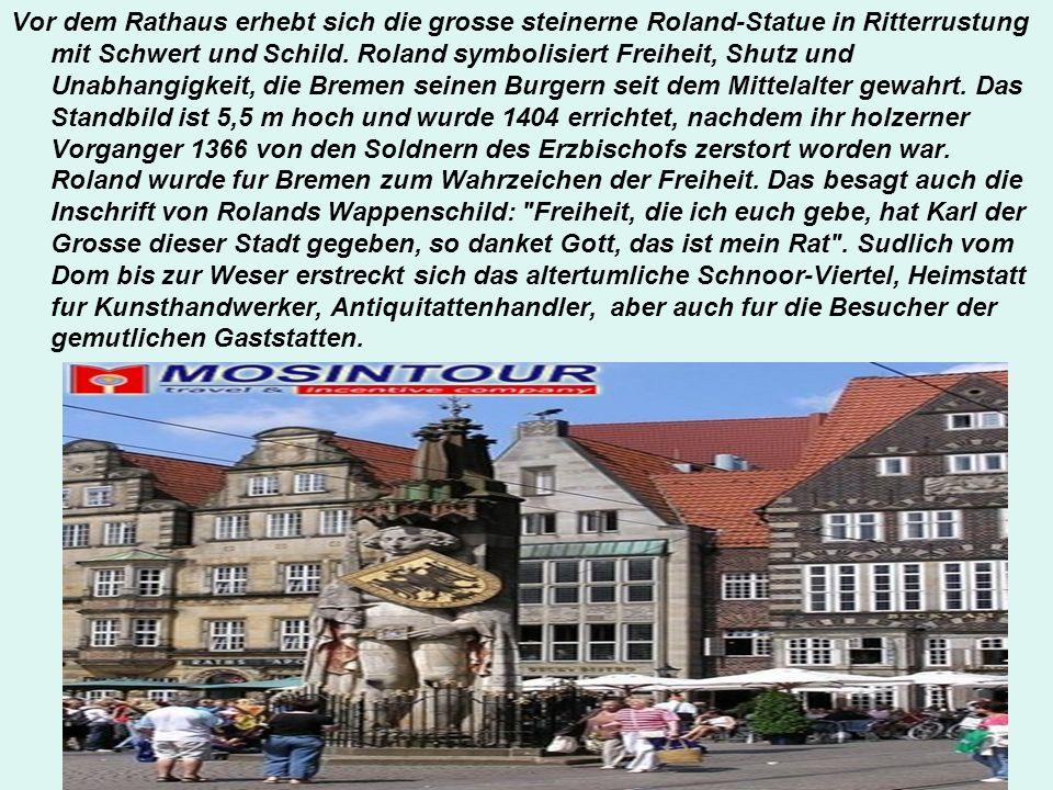Vor dem Rathaus erhebt sich die grosse steinerne Roland-Statue in Ritterrustung mit Schwert und Schild. Roland symbolisiert Freiheit, Shutz und Unabha