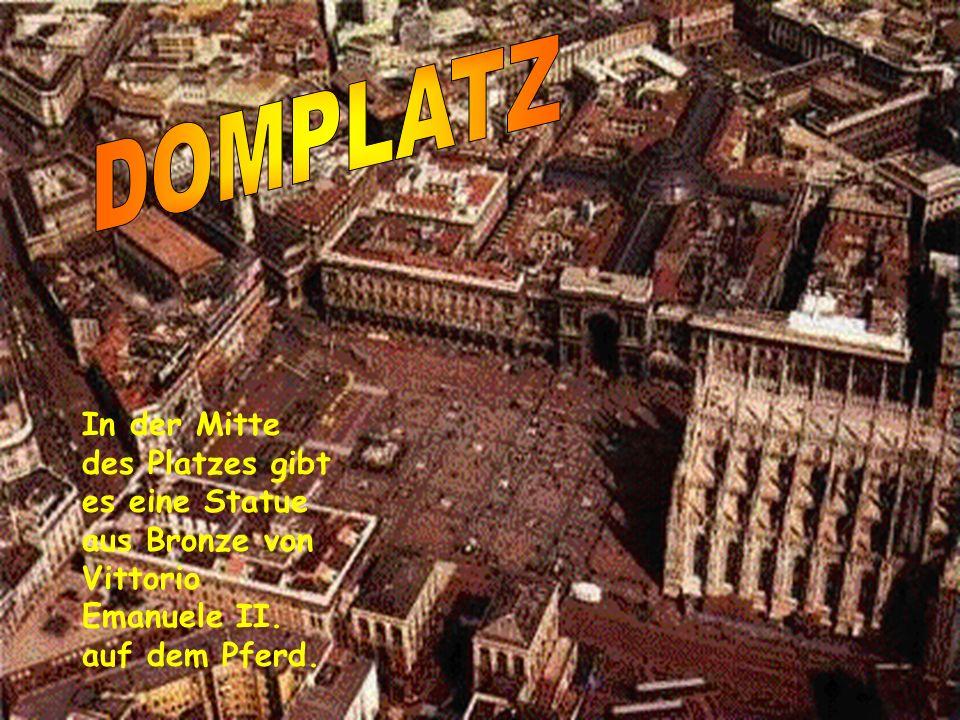 Im Inneren gibt es drei Schiffe und in den Mittelschiffen stehen viele Statuen. Da sind auch das Presbyterium, die Kripta und das Deambulatorium. Die