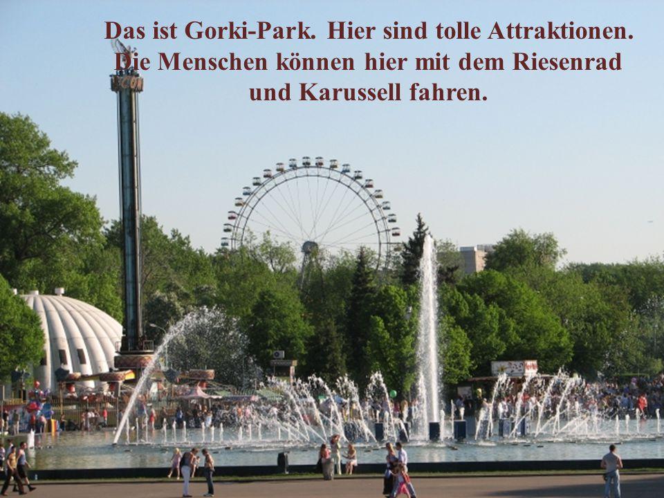 Das ist Gorki-Park. Hier sind tolle Attraktionen. Die Menschen können hier mit dem Riesenrad und Karussell fahren.