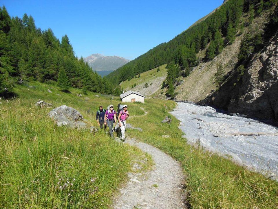 Alp Trupchun Der weitere Weg ist links vom Bach und den Schneefeldern erkennbar.