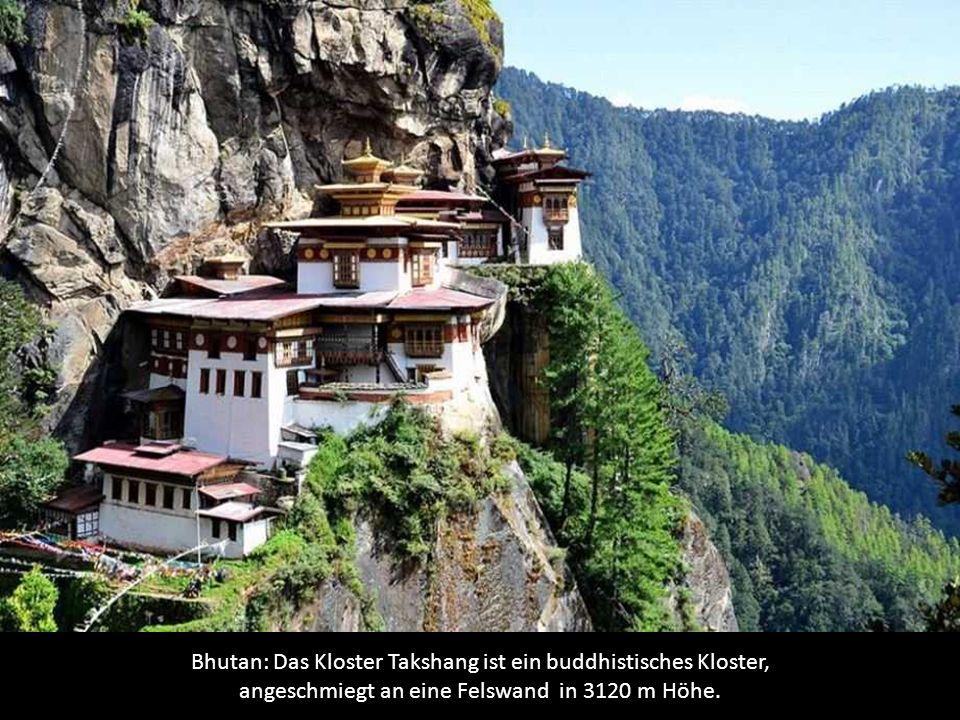Bhutan: Das Kloster Takshang ist ein buddhistisches Kloster, angeschmiegt an eine Felswand in 3120 m Höhe.