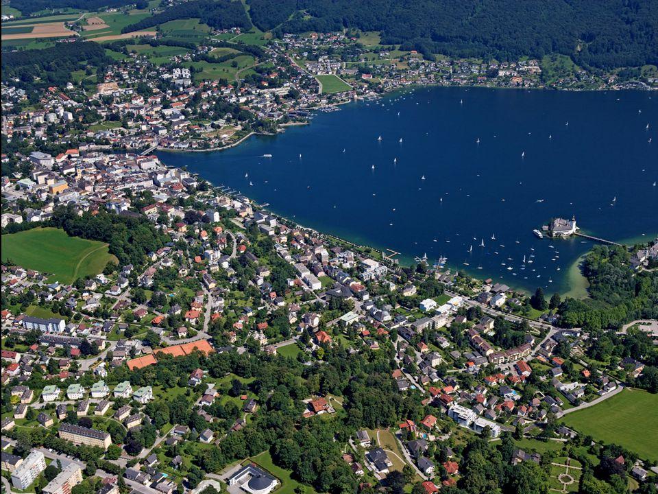 Gmunden liegt am Nordufer des Traunsees, wo die Traun den See wieder verlässt.