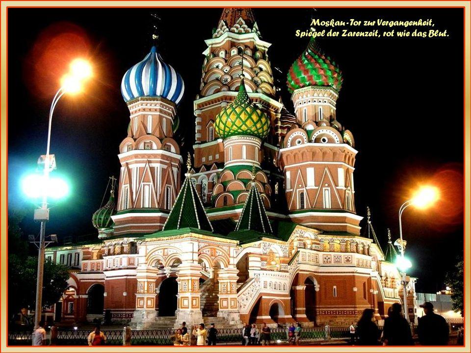 Moskau, Moskau, Liebe schmeckt wie Kaviar, Mädchen sind zum Küssen da. Ho Ho Ho Ho Ho, Hey Moskau, Moskau, komm wir tanzen auf dem Tisch, bis der Tisc