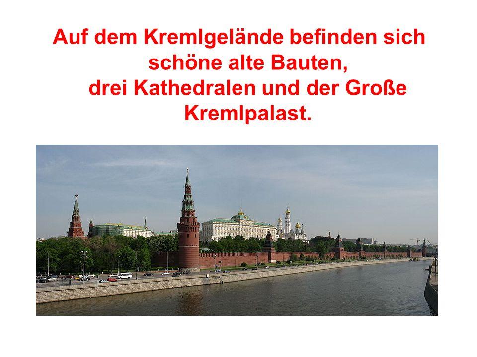Auf dem Kremlgelände befinden sich schöne alte Bauten, drei Kathedralen und der Große Kremlpalast.