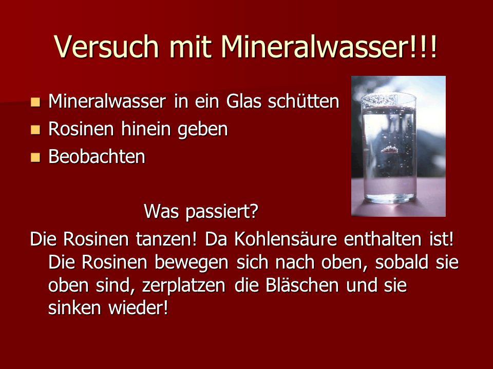 Versuch mit Mineralwasser!!! Mineralwasser in ein Glas schütten Mineralwasser in ein Glas schütten Rosinen hinein geben Rosinen hinein geben Beobachte