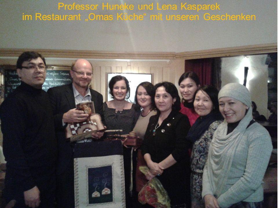 """Professor Huneke und Lena Kasparek im Restaurant """"Omas Küche mit unseren Geschenken"""