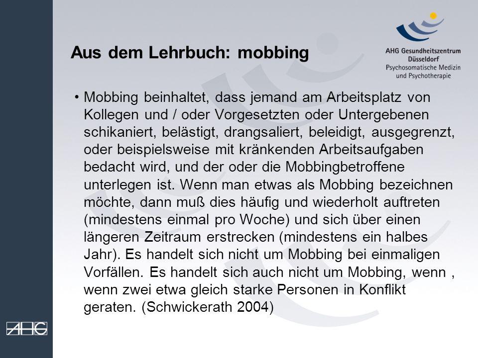 Aus dem Lehrbuch: mobbing Mobbing beinhaltet, dass jemand am Arbeitsplatz von Kollegen und / oder Vorgesetzten oder Untergebenen schikaniert, belästig