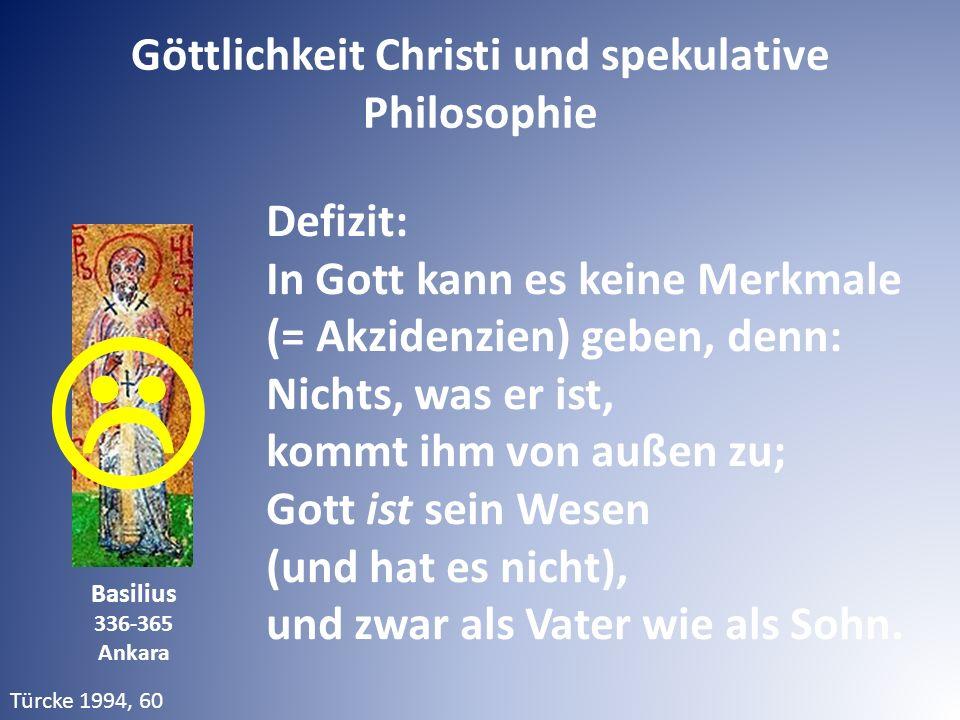 Defizit: In Gott kann es keine Merkmale (= Akzidenzien) geben, denn: Nichts, was er ist, kommt ihm von außen zu; Gott ist sein Wesen (und hat es nicht), und zwar als Vater wie als Sohn.
