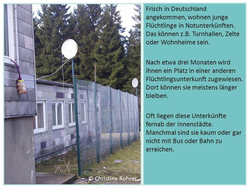 Frisch in Deutschland angekommen, wohnen junge Flüchtlinge in Notunterkünften. Das können z.B. Turnhallen, Zelte oder Wohnheime sein. Nach etwa drei M
