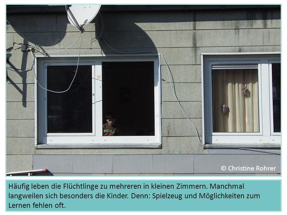 Häufig leben die Flüchtlinge zu mehreren in kleinen Zimmern. Manchmal langweilen sich besonders die Kinder. Denn: Spielzeug und Möglichkeiten zum Lern