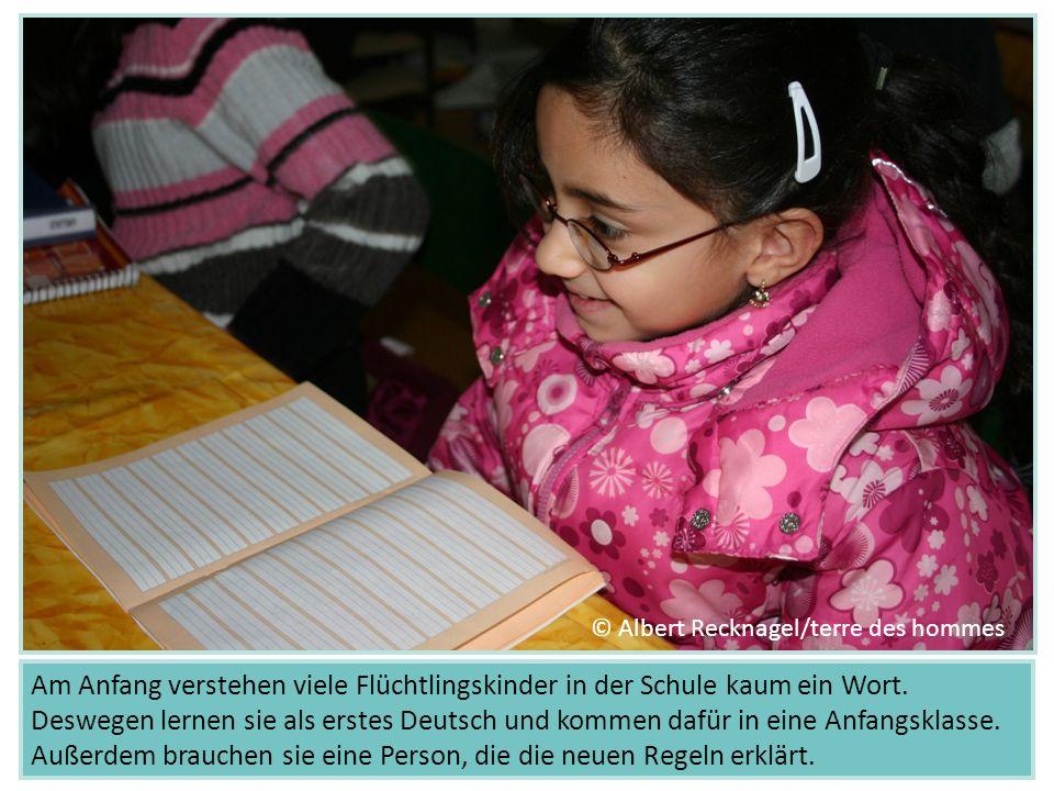 Am Anfang verstehen viele Flüchtlingskinder in der Schule kaum ein Wort. Deswegen lernen sie als erstes Deutsch und kommen dafür in eine Anfangsklasse