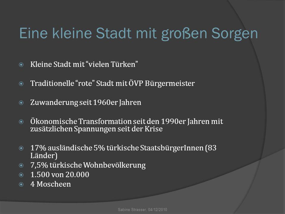 """Eine kleine Stadt mit großen Sorgen  Kleine Stadt mit """"vielen Türken""""  Traditionelle """"rote"""" Stadt mit ÖVP Bürgermeister  Zuwanderung seit 1960er Ja"""