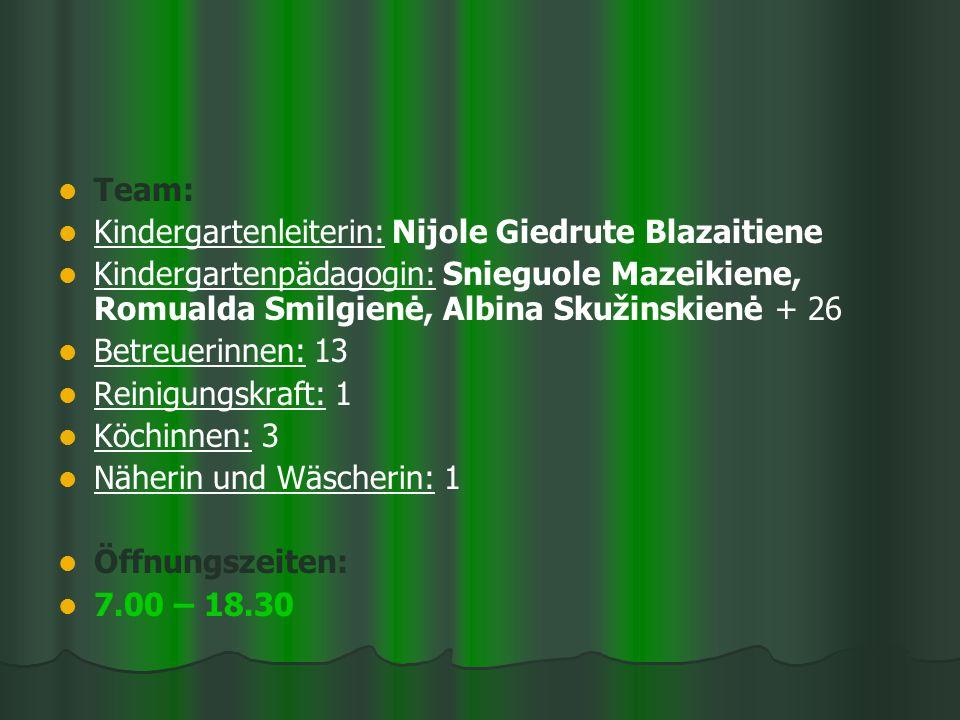 Team: Kindergartenleiterin: Nijole Giedrute Blazaitiene Kindergartenpädagogin: Snieguole Mazeikiene, Romualda Smilgienė, Albina Skužinskienė + 26 Betreuerinnen: 13 Reinigungskraft: 1 Köchinnen: 3 Näherin und Wäscherin: 1 Öffnungszeiten: 7.00 – 18.30