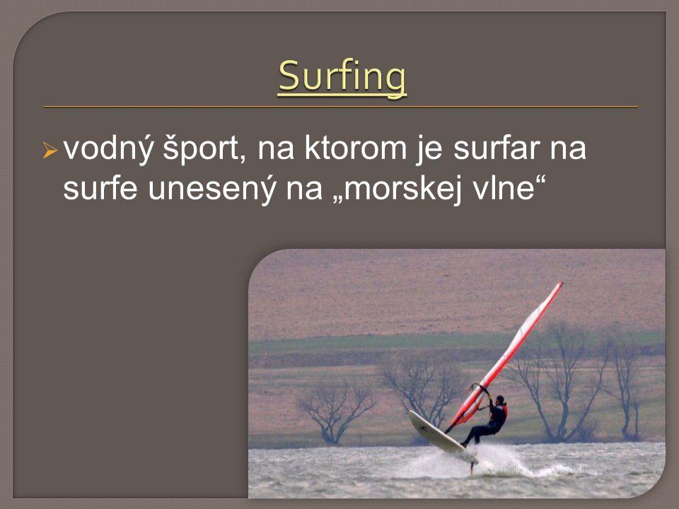 """ vodný šport, na ktorom je surfar na surfe unesený na """"morskej vlne"""