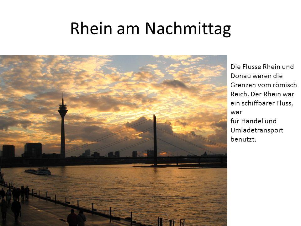 Rhein am Nachmittag Die Flusse Rhein und Donau waren die Grenzen vom römisch Reich. Der Rhein war ein schiffbarer Fluss, war für Handel und Umladetran