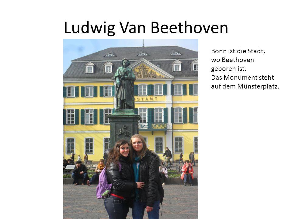 Ludwig Van Beethoven Bonn ist die Stadt, wo Beethoven geboren ist. Das Monument steht auf dem Münsterplatz.