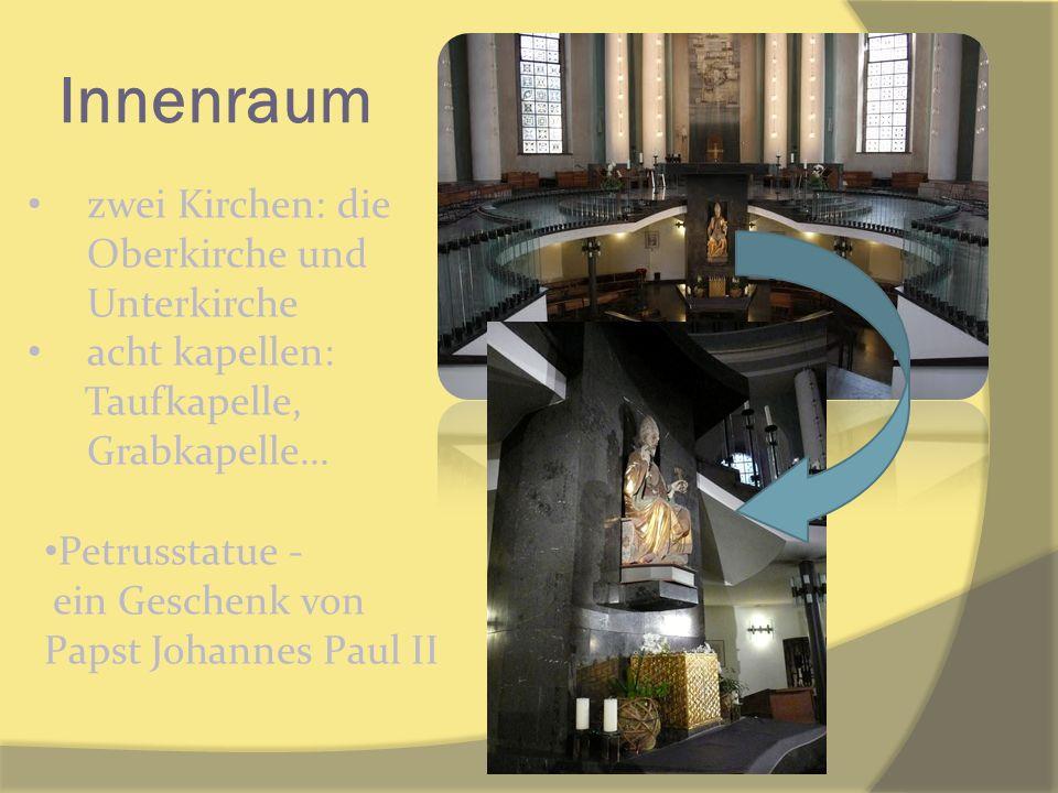 Innenraum zwei Kirchen: die Oberkirche und Unterkirche acht kapellen: Taufkapelle, Grabkapelle... Petrusstatue - ein Geschenk von Papst Johannes Paul