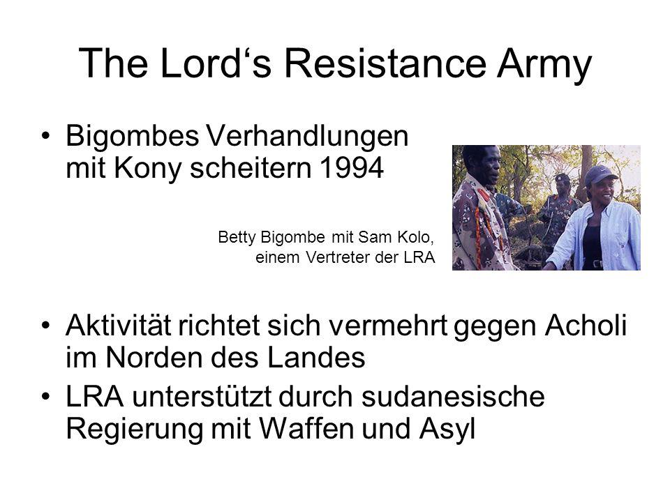 The Lord's Resistance Army Bigombes Verhandlungen mit Kony scheitern 1994 Aktivität richtet sich vermehrt gegen Acholi im Norden des Landes LRA unterstützt durch sudanesische Regierung mit Waffen und Asyl Betty Bigombe mit Sam Kolo, einem Vertreter der LRA