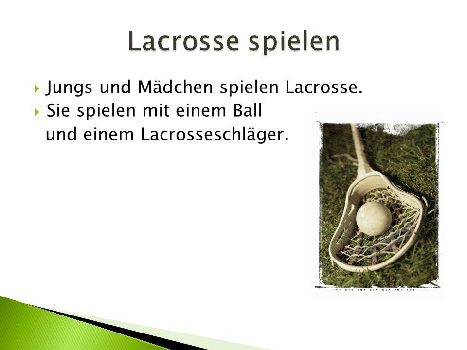  Jungs und Mädchen spielen Lacrosse.  Sie spielen mit einem Ball und einem Lacrosseschläger.