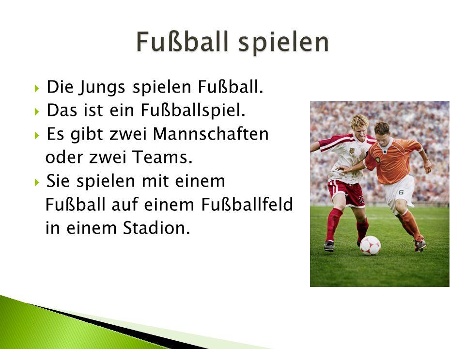  Die Jungs spielen Fußball. Das ist ein Fußballspiel.