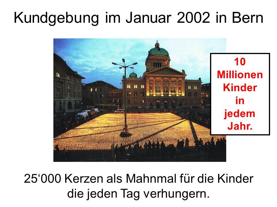 Kundgebung im Januar 2002 in Bern 25'000 Kerzen als Mahnmal für die Kinder die jeden Tag verhungern. 10 Millionen Kinder in jedem Jahr.