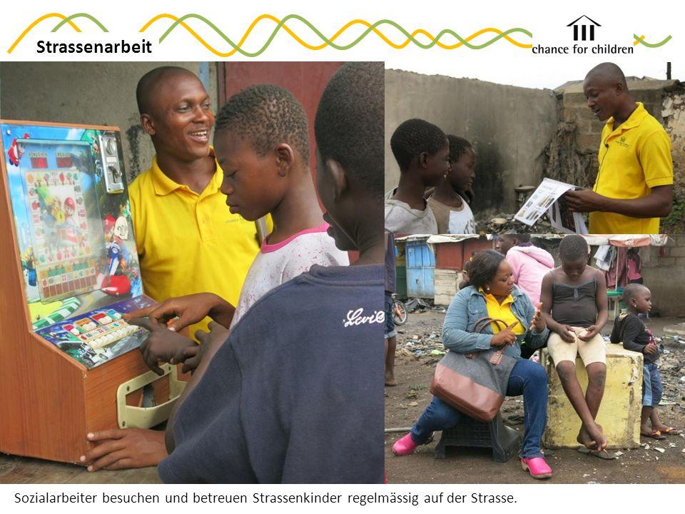 Sozialarbeiter besuchen und betreuen Strassenkinder regelmässig auf der Strasse. Strassenarbeit